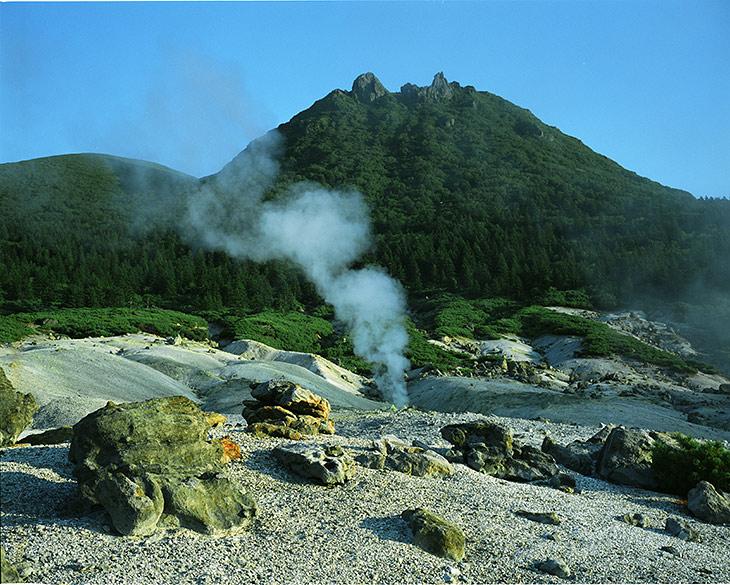 Фумарольное поле на вулкане Менделеева. Фумарола - это такая смрадная фиговина, представляющая собой канал для выхода горячих газов и пара на поверхности вулкана.