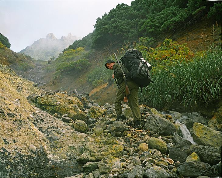Вулкан Менделеева - красивое и вонючее место, с заросшей тропой, грудами серы и горячей землей под палатками.