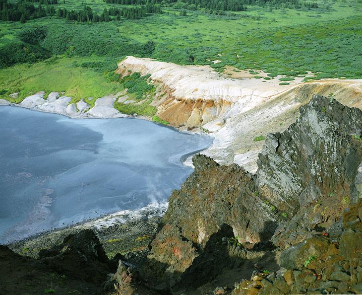 В Кипящем озере видно брожение разной, исторгнутой недрами вулкана, гадости.