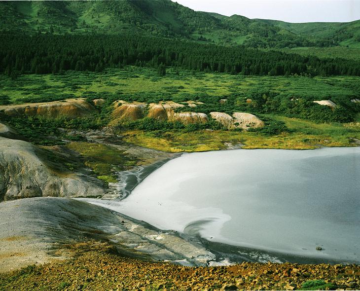 А это Кипящее озеро кислоты в кальдере вулкана Головнина. Кальдера это такая офигенная впадина, получающаяся после того, как вулкан совсем нафиг провалился.