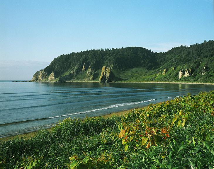 Гостеприимное побережье Охотского моря, где среди сказочных красот мы простояли лагерем несколько дней, совершая вылазки в поисках пропитания и впечатлений.