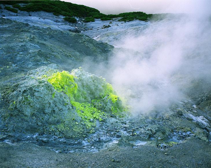 Желтая пакость - это сера. По дороге на вулкан Менделеева встречаются остатки японских заводиков по добыче серы. Не иначе, злобные милитаристы делали из нее порох.
