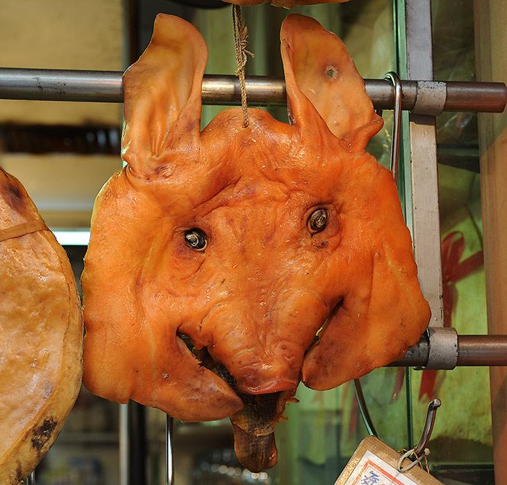 Год свиньи подходит к концу, грядет год крысы, и, вероятно, следует ожидать соответствующего изменения в кулинарном ассортименте               местных мясных лавок. Пока же вот такие симпатичные чушки способны усладить любой прожорливый и далекий от религиозных предрассудков               желудок.