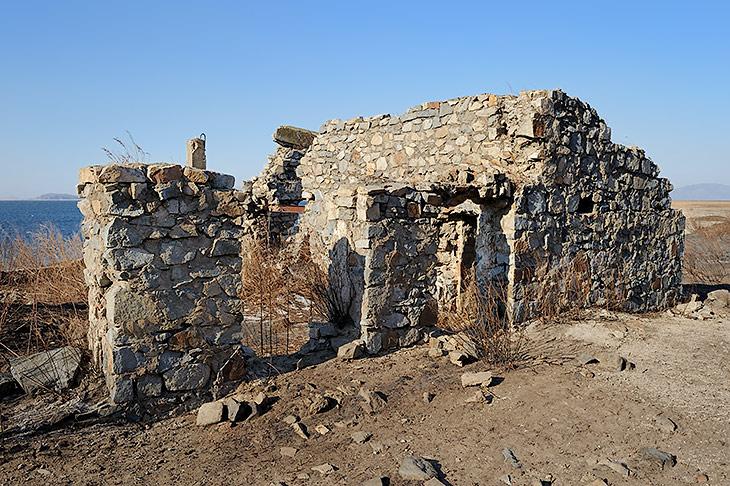 Отдельные руины настолько обруинились, что первоначальное назначение этих прибрежных сооружений угадать уже невозможно.