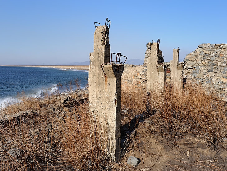 Очередные артефакты на территории морского заповедника. Неведомые сооружения смешались в архитектурном могильнике разных эпох.