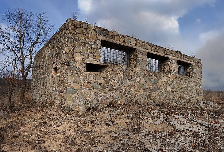 Местность усеяна остатками воинских частей и оборонительных сооружений разных лет и разных обострений добрососедских отношений.               Многие здания были украшены ухмыляющимися на юг пулеметными гнездами. Теперь лишь руины напоминают об изменчивой моде на крепостные               стены.