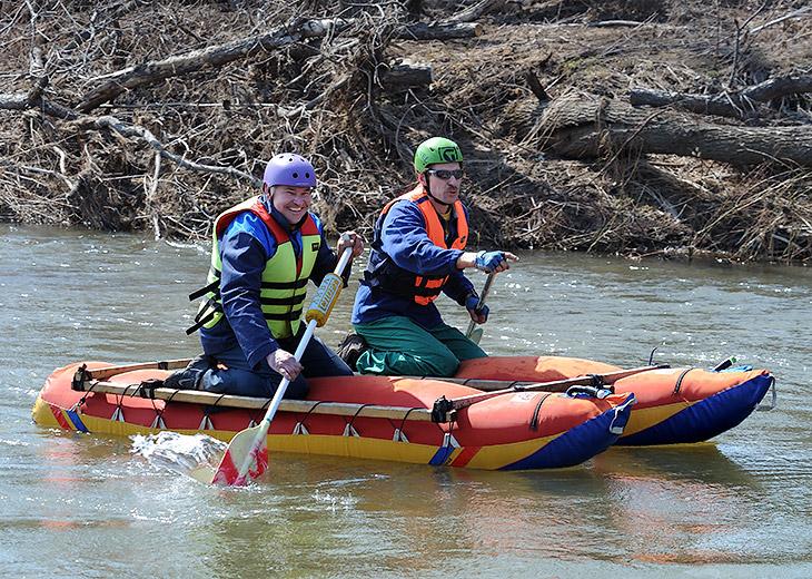 Яркие сосиски катамаранов беспорядочно курсируют вдоль реки, воды нынче много, и веслоруким гражданам есть где разгуляться.