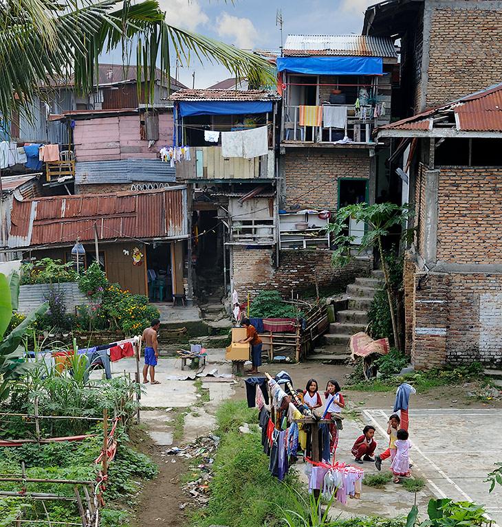 Когда-то давно город был основан батаками - одним из многочисленных племен Северной Суматры. Любители антропологии могут отличить               батаков от всех прочих местных народностей по круглому подбородку. Я же, из главных отличий, отметил способность батакской кулинарии               произвести хоть что-то съедобное в этом бесконечном царстве испорченных продуктов. Впрочем, особенности индонезийской кухни стоит               рассмотреть отдельно.