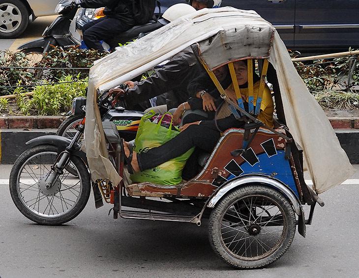 Наиболее примечательное местное транспортное средство - мотоцикл с коляской. Забегая вперед, отмечу, что практически каждый               город на Суматре имеет свои, весьма оригинальные варианты пассажирского транспорта. От апокалиптического вида автобусов, до различных               безумных рикш и просто извозчиков с флегматичными конягами.