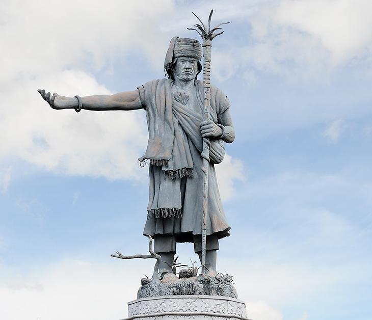 Гуру Патимпус (Guru Patimpus), основавший Медан в 1590 году. Потом город завоевали голландцы, засадили окрестности табаком и               прочей дурью, что необычайно оживило местную экономику и накрыло меданцев волной всеобщего счастья.