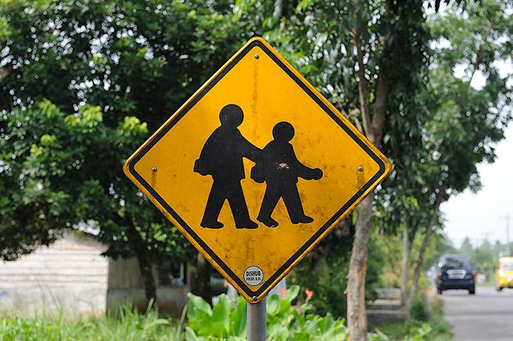 Дорожные знаки по пути от Медана полностью соответствуют вероятному составу пешеходов. Расположенный у начальной школы знак               изображает двух батакских детишек с ранцами, на знаке у средней школы нарисованы детишки постарше.