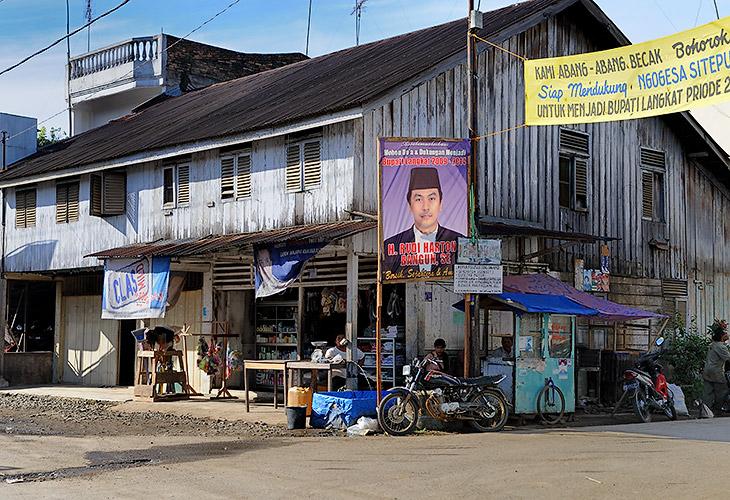 Все, от стволов пальм до стен домов, облеплено предвыборными плакатами с портретами кандидатов. В Индонезии множество               политических партий, последние годы делящих наследство покойного генерала Сухарто, бывшего тридцать лет бессменным президентом, но не               удержавшего власть по причине экономического кризиса.