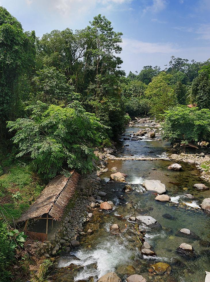 С подъемом в горы, воздух становится прохладнее, реки чище, а пейзажи все более завораживающими. Плантации пальм сменяются               мохнатыми елками, рисовые поля уступают место мандаринам и помидорным грядкам.