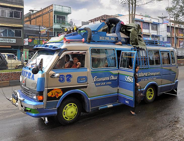 От Медана до Брастаги ходят безумные автобусы, набитые пассажирами и грузом на крыше. С визгом вписываются в крутые повороты               извилистой горной дороги, да обгоняют по встречной полосе в закрытых поворотах. Ошалевшие от жары и перегрузок пассажиры смиренно блюют               в пакетики.