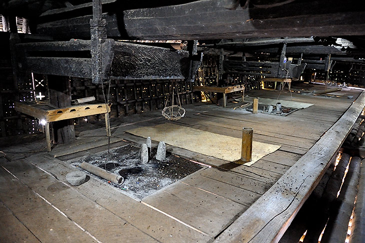 Дворец короля батаков. Помещение для жен. У каждой жены был подвесной топчан и свое персональное место для костра. Сам король               тусовался в отдельной, но столь же мрачной комнате, размером с платяной шкаф.