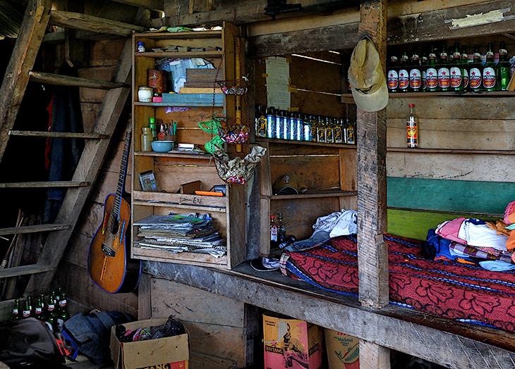 Романтичная обстановка предательски выдает место, где прячутся суматранские алкоголики. Такого количества пустых бутылок в               Индонезии мы еще не встречали. И это в месте, куда ведет лишь скользкая горная тропинка, мало приспособленная для транспортировки               стеклянной тары.