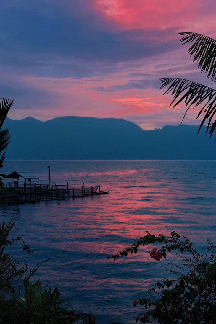 Позвольте же мне завершить дозволенные речи про сухопутное путешествие по Суматре, продемонстрировав напоследок красную лужицу пошлого заката. Ведь впереди нас ждут морские приключения, необыкновенные животные и неведомые               берега.