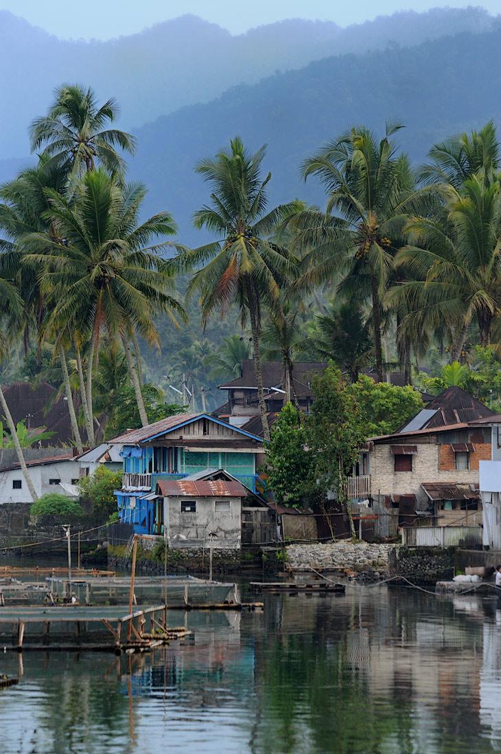 Как и на Тобе, местные рыбаки активно заняты рыбоводством. Вдоль берегов качаются связки понтонов с садками, над вечерней тишиной разносится чавканье вечно голодных рыб.