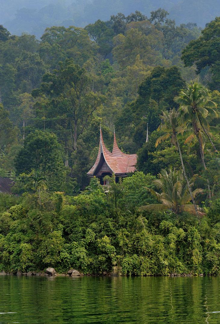 Сказочная архитектура Западной Суматры изумляет взор растущими меж пальм остроконечными крышами. В царстве кривых сельских домиков эти крыши кажутся волшебными миражами, случайно прорезавшимися из какого-то параллельного мира.