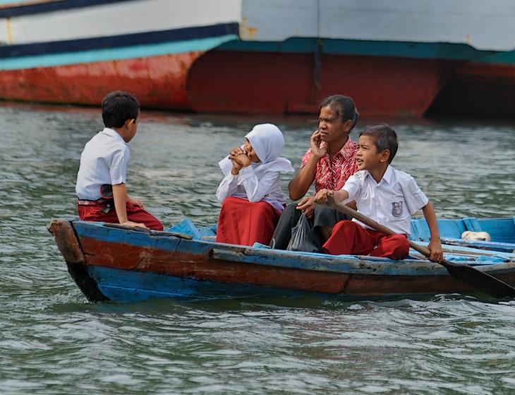 Дорога из школы домой. Пожалуй, ради такой дороги стоило родиться на Суматре. Вереницы одетых в форму школьников гребут через               бухту, иногда весла в руках взрослых, а порой такой вот юный гребец сам себе Дед Мазай.