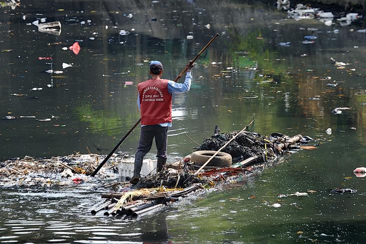 Никакие дворники и уборщики не способны противостоять привычке индонезийцев бросать мусор прямо себе под ноги. Тоннами пластика и бумаги усеяны каналы, улицы и даже центральная площадь страны.
