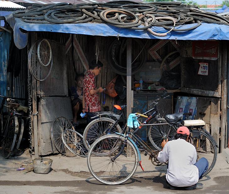 Велосипедов на улицах относительно мало, палящее солнце и загазованный воздух не располагают к велопрогулкам. Однако, шиномонтажки и прочий велосервис встречаются достаточно часто.