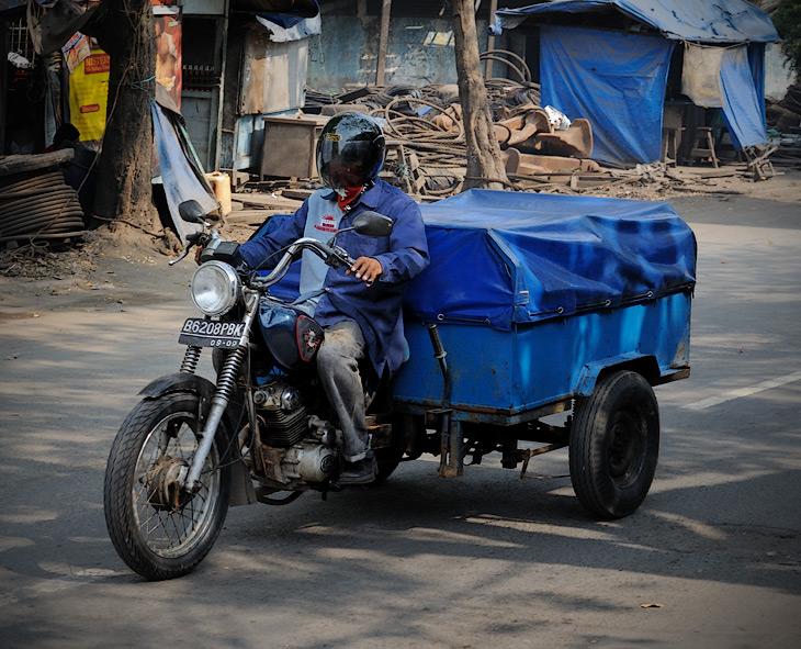Есть и традиционные азиатские мотоизвращения в виде разнообразных колясочных мотоциклов, трехколесных грузовиков, каких-то самоходных тележек и прочего диковинного транспорта сугубо утилитарного назначения.