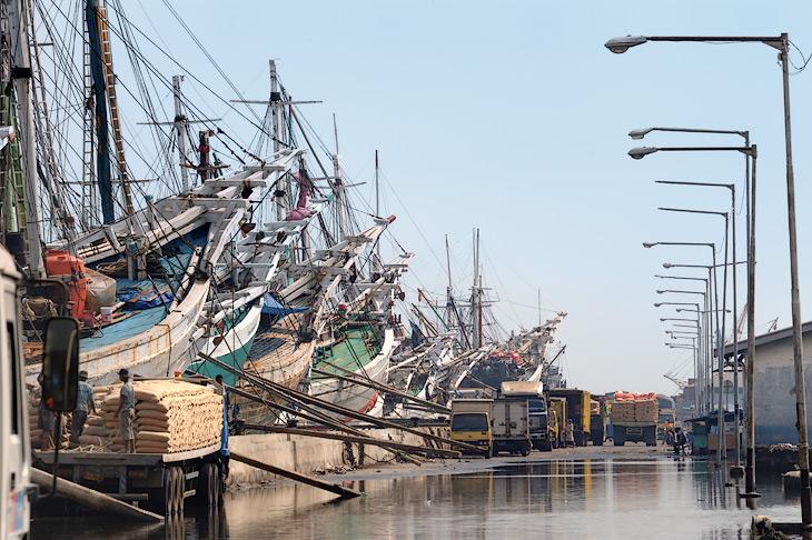 Сунда Келапа - старый, построенный еще в 1817 году порт. Сейчас полуторакилометровый причал плотно забит деревянными парусными               судами, активно курсирующими между Явой и другими бесчисленными островами Индонезии.
