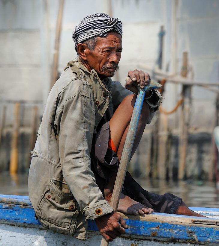 Старый порт является одним из немногих мест в Джакарте действительно достойных внимания любознательных путешественников.               Особенно если нанять лодку для прогулки по лабиринту мокнущих в грязной воде парусников и весело пестреющего пластикового мусора.