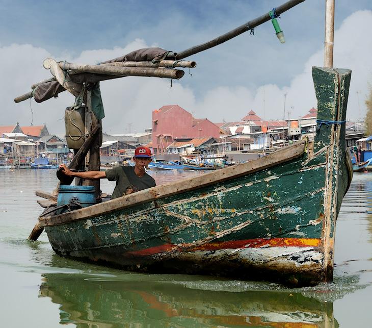 К лодкам индонезийцы относятся столь же небрежно как и к машинам. И лишь большие деревянные суда, вероятно, в силу каких-то традиций, сияют свежей краской бортов.