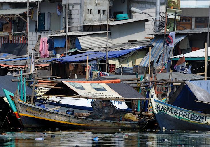Криво сложенные здания, корявые надписи, невообразимый срач и всеобщий беспорядок - жители Джакарты похожи на детей, внезапно оставшихся без присмотра родителей и ведущих хозяйство по собственному детскому разумению.