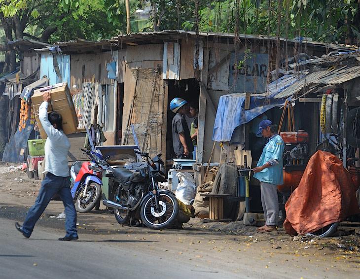 На многие километры тянутся ряды сараев с какими-то мастерскими, магазинчиками, складами и просто скучающими столичными жителями. Судя по бурной реакции которых, с поднадоевшим еще на Суматре истошным воплем: