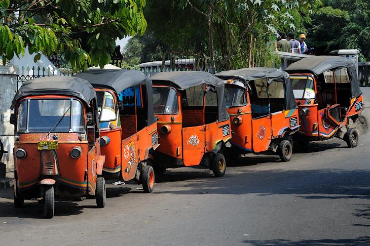 Таксисты гнездятся в определенных местах, украшая своими колоритными трехколесными пылесосами берега каналов с вонючей водой.