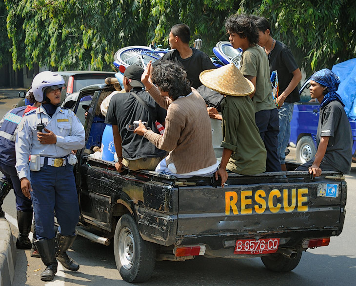 А вот дорожную полицию можно встретить лишь на крупных перекрестках. Крайне редко в качестве регулировщика. Индонезийская парковка и регулировка достойны отдельного рассказа.