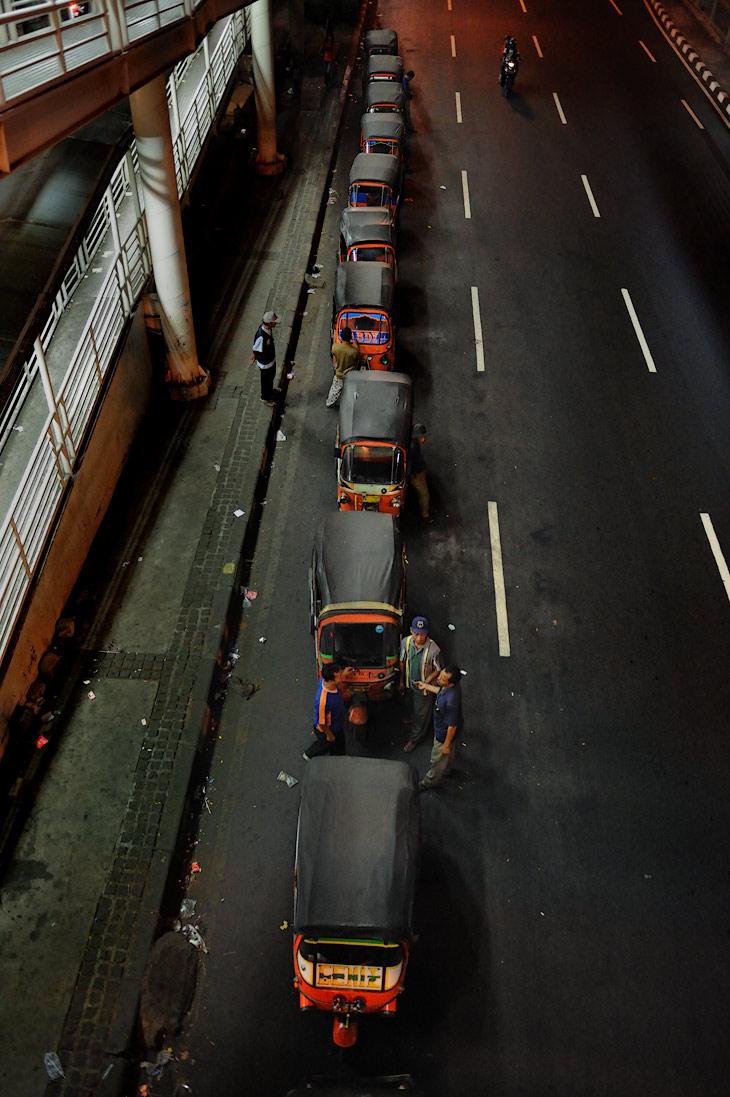 В путеводителях Джакарта описывается как достаточно опасное для иностранцев место, кишащее уличными грабителями, исламскими террористами и демонстрантами. Ночные прогулки могут закончиться плохо даже в центре города. Совершив               многокилометровые пешие походы в хитросплетении столичных улиц, ни одного исламского террориста мы так и не обнаружили.