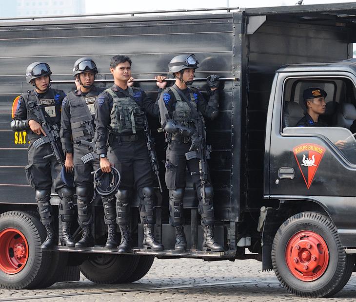 Джакарта полна полицейскими как старый диван клопами. Куда ни глянь, везде можно увидеть людей в форме и прочих элементах обмундирования.