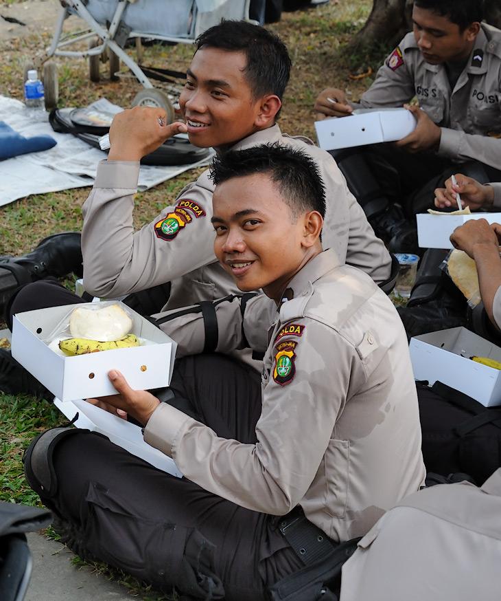 Глядя на мою изможденную индонезийской кухней фигуру, полицейские все время пытались подкормить меня бананом из армейского пайка.