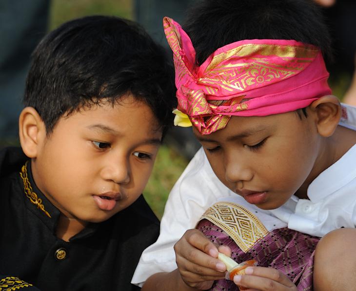 Дети Джакарты. Хорошие, но слишком шустрые, крайне сложно успеть сфотографировать.