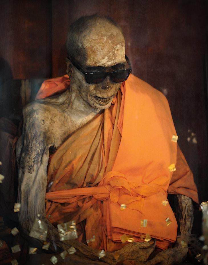 Слегка повредившись психикой, после продолжительного тесного общения с собственными детенышами, решил в одиночестве               прошвырнуться по местным официальным объектам туристического паломничества. Это, скучающая в стеклянном кубе, мумия монаха.