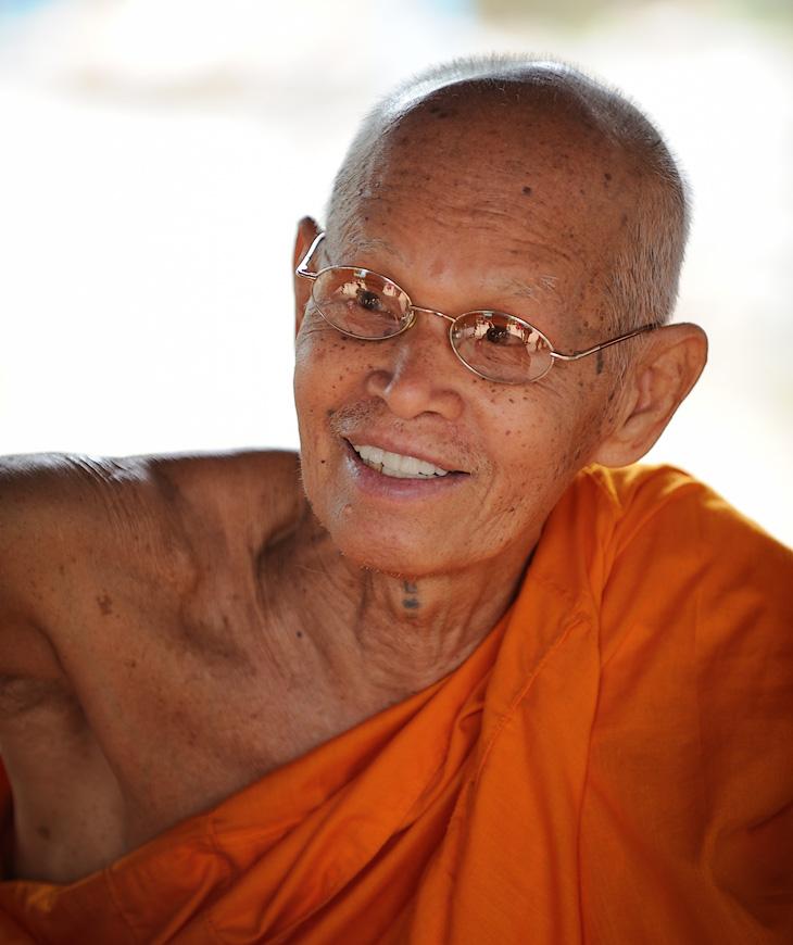Этого монаха еще не засушили. Веселый мужичок за умеренную плату чем-то окропляет и обраслечивает многочисленных туристов.