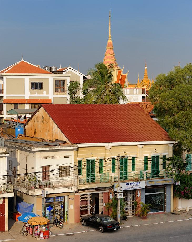 Выбор традиционных туристических достопримечательностей в Пномпене весьма невелик: национальный музей, храм на горе, королевский             дворец и музей-тюрьма (с душераздирающей экспозицией про камбоджийский вариант строительства светлого будущего). Также, за символическую             плату, можно арендовать плавучий сарайчик для прогулки по Тонлесапу и Меконгу, чтобы неспешно обогнув пыхтящую на слиянии рек             землечерпалку, насладиться видами рыбацкой деревни и, деловито снующими вокруг, пресноводными судами.
