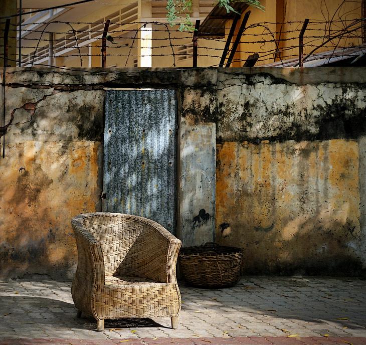 Столица Королевства Камбоджа представляет собой пыльный малоэтажный мегаполис, где блеск дворцов чередуется с колючими заборами             иностранных посольств, стандартным многоцветьем узких фасадов азиатских зданий, увязшей в речной мути бетонной набережной, кособокими             лотками уличных торговцев и крикливыми скоплениями разнокалиберного автотранспорта.