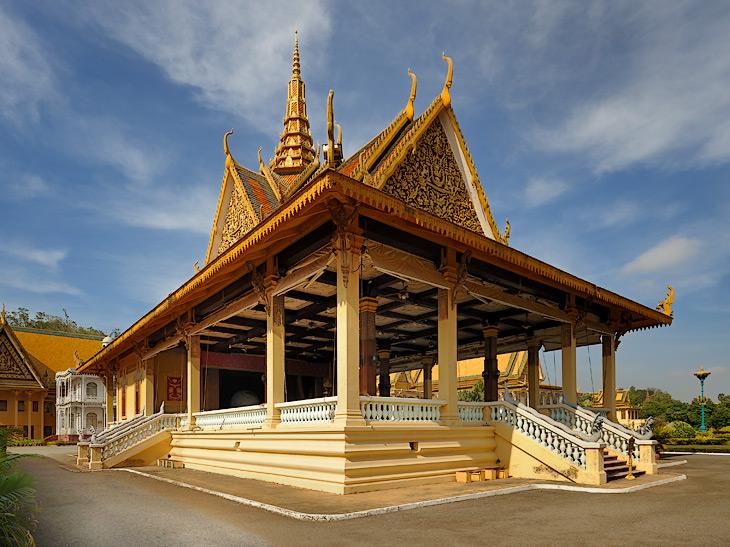 Королевский дворец построен в начале прошлого века, когда Камбоджа была французской колонией. В сороковых годах тут порезвились             японцы, в 1953 Королевство Камбоджа получило независимость с гражданской войной в нагрузку. Король Народом Сианук слыл большим затейником             и начал построение развитого социализма в отдельно взятом королевстве. Строительству социализма мешала нехватка риса, отъем которого у             голодающих крестьян не успевал окупить растущие потребности в предметах роскоши. За ценным опытом Сианук зачастил в Китай и Северную             Корею, а во время его визита в СССР в 1970 году подлые империалисты организовали военный переворот, переименовав страну в Кхмерскую             республику.