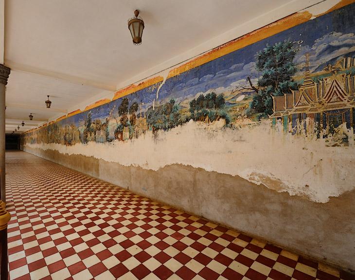 Вокруг Серебряной пагоды (той самой, где пол вымощен тоннами серебряных плиток) проходит галерея с фресками на исторические темы. Чем-то напоминает роспись стен в наших детских садах. С тем лишь отличием, что тут нижняя половина             фрески осыпалась (а может специально соскоблили, для придания видимой ценности всему балагану).