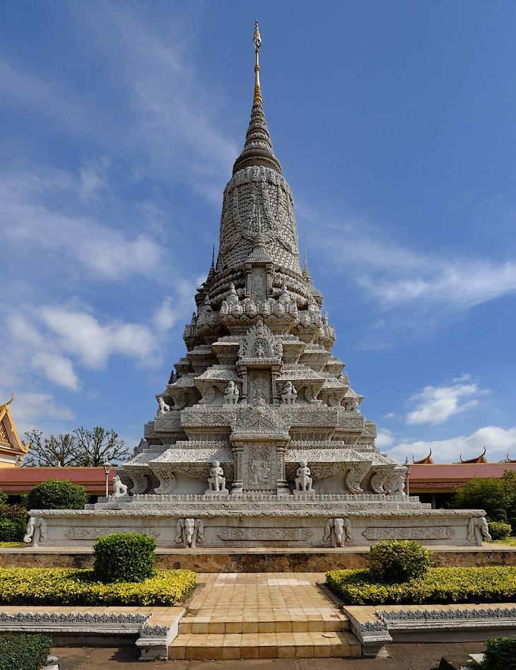 Роскошь дворцовой архитектуры резко контрастирует с утилитарными хижинами на сваях, с крышами из пальмовых листьев - наиболее распространенными жилыми постройками в Камбодже. Хотя, сам Пномпень ранее считался весьма красивым             городом, но после многочисленных войн и разрушений от былого величия мало что сохранилось.