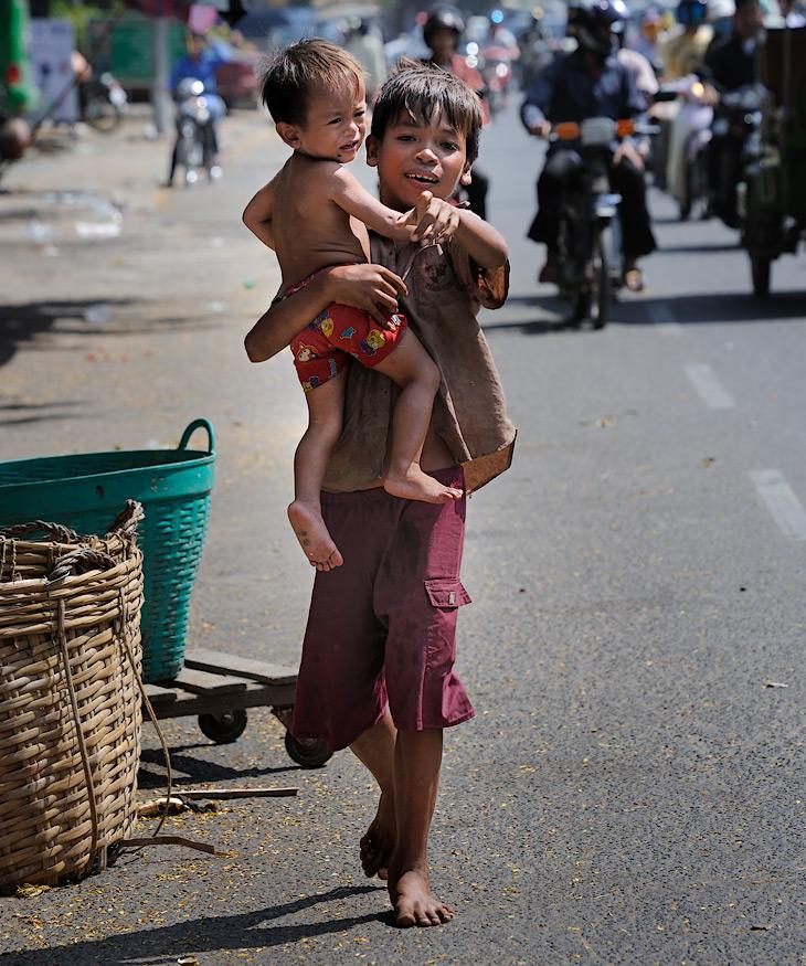 Военная хунта исправно отрабатывала поставленные задачи, пригласив в страну американские войска, занимавшиеся в этот момент             демократизацией соседнего Вьетнама. Ведь тамошние партизаны имели обыкновение после дружеских контактов с войсками противника укрываться             в джунглях соседней Камбоджи. Отставшемуся не у дел Сиануку ничего не оставалось, как окончательно пасть в объятия коммунистов,             присоединившись к освободительному движению красных кхмеров во главе с Салот Саром.