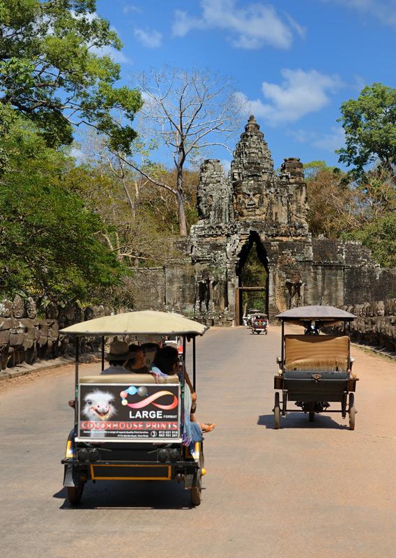 Количество туристов в Ангкоре сравнимо с числом китайцев на Великой Китайской стене. И если у вас есть желание сфотографировать             наиболее посещаемые храмы, а не местами проступающие камни под слоем потных тел разных национальностей, то занять позицию придется еще до             рассвета. С первыми лучами солнца сплетение коряг вокруг разрушенных арок будет полностью в вашем распоряжении. Правда, и снимки в             рассветном свете получатся однообразно ядовитые, с едкими желтыми стенами и черными тенями.