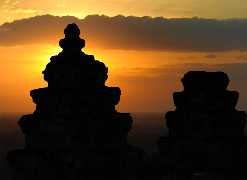 Четыре десятка королей в той или иной степени приложили буйство своей фантазии к архитектурным сооружениям Ангкора за время             существования империи Камбуджадеша. Кто-то заставил подданных возвести пафосный храм, кто-то вырыл обширный водоем, а от кого-то в             истории осталось лишь имя. Зато во времена его правления кхмеры были избавлены от суеты по обтесыванию камней и рытья канав.