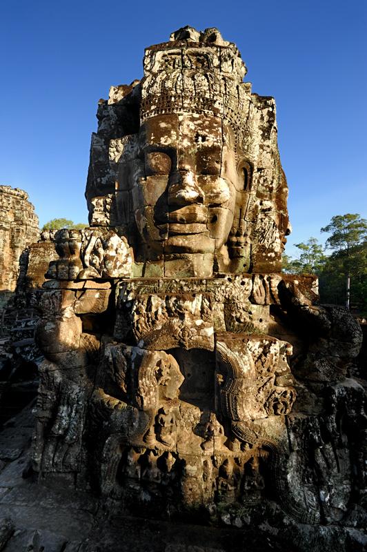 Стоит также признать, что, как и во многих других частях планеты, наиболее труднодоступные достопримечательности Камбоджи             оказываются наименее интересными. Истертый иными красотами взор досужего путешественника жаждет сказочных дворцов в дебрях камбоджийских             джунглей, а не торчащих из-под земли остатков непонятных конструкций и скромных каменных барельефов. Долгая поездка в удаленный храм             способна покрыть мотоцикл, одежду и фотокамеру несмываемой красной грязью и разочаровать результатом, если бы не встреченная по дороге             колоритная деревня или иные сцены жизни современной Камбоджи.