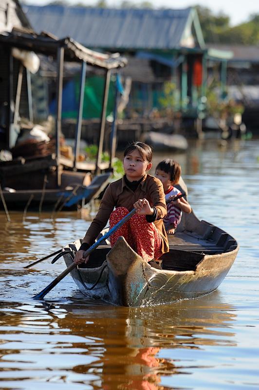 Как бы то ни было, озеро позволяет прокормиться кучке достаточно крупных плавучих деревень, столь необычных и своеобразных, что             стоит уделить некоторое время созерцанию сего чуда.